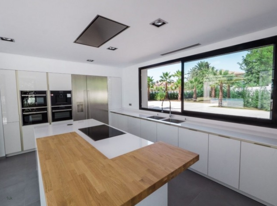 Large kitchen with centre piece