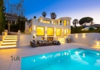 Night vew of the villa and swimming pool