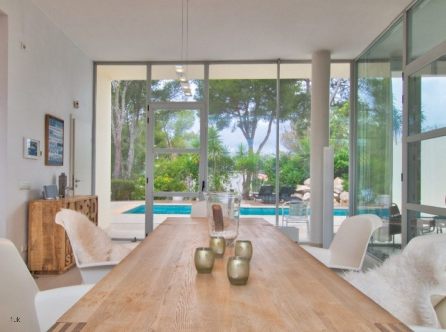 Dining with swimming pool views