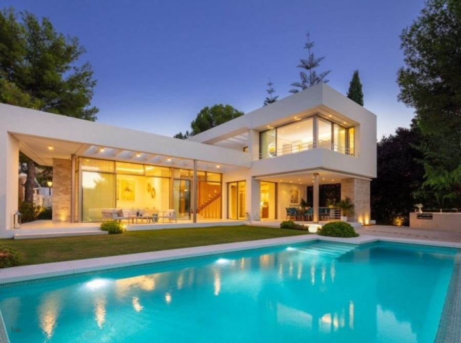 Located in the heart of Nueva Andalucia, at the epicentre between Marbella's Golden Mile, the Golf V